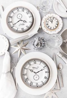 Best New Year's Eve party ideas for the perfect celebration with your friends or family! Party ideas from decorations to healthy New Years Eve recipes! Holiday Ornaments, Christmas Tree Decorations, Table Decorations, Silvester Diy, New Year Table, Happy New Year Gif, New Year's Desserts, New Years Eve Decorations, Nye Party