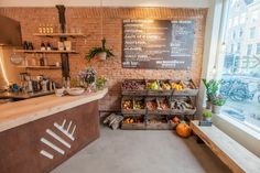 Review healthy hotspot Venkel in de Pijp te Amsterdam. Bij saladebar Venkel in Amsterdam kun je terecht voor biologische maaltijdsalades, verse sappen, zelfgemaakte amandelmelk en muntsiroop.