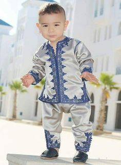 Hello goog morning bonjour sbah lkhir tbougisss a sidi yarabi thafdo Abaya Fashion, Fashion Wear, Kids Fashion, Kids Suits, Moroccan Caftan, Caftan Dress, Baby Sewing, Traditional Dresses, Kids Wear