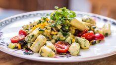 Připravte si pravé domácí gnocchi po vzoru šéfa Zdeňka Pohlreicha a k nim skvělou zeleninku. Navrch trochu francouzského sýru a bylinky a lahůdka je na světě! Gnocchi, Kung Pao Chicken, Pasta Salad, Potato Salad, Potatoes, Menu, Fresh, Ethnic Recipes, Food