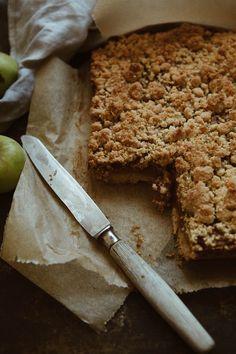 Szarlotka z surowych jabłek – White Plate White Plates, Baking Recipes, Sweets, Cookies, Desserts, Tarts, Food, Recipes, Cooking Recipes