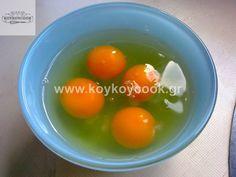 ΧΡΙΣΤΟΥΓΕΝΝΙΑΤΙΚΑ ΚΑΠΚΕΙΚΣ ΜΕ ΒΟΥΤΥΡΟΚΡΕΜΑ ΛΕΥΚΗΣ ΣΟΚΟΛΑΤΑΣ – Koykoycook Eggs, Breakfast, Food, Morning Coffee, Essen, Egg, Meals, Yemek, Egg As Food