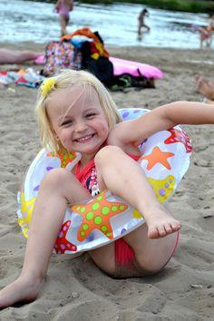 Katarzyna Grzegorowska  Na plaże się wybrałam, koło ratunkowe ze sobą zabrałam, I choć w nim nie pływałam, do gimnastykowania je wykorzystałam. Wcisnęłam dwie nóżki, rękę włożyłam, I naglę na piasku się położyłam. Wydostać się z koła nie umiałam, więc sobie wesoło tak leżałam A po takim plażowym szaleństwie spokojne sny miałam. (Gabrysia, 4 lata)  www.spokojdziecka.pl