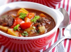 Gulassikeitto, resepti – Ruoka.fi Ramen, Chili, Soup, Beef, Ethnic Recipes, Anna, Meat, Chile, Chilis