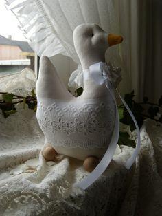 Weiße Gans mit Batistspitze,Frühlingdeko,Tilda von Aus dem Rosengarten auf DaWanda.com