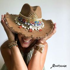 Decorated and personalized accessories to escape the conventional. Cinto Obi, Cowboy Hat Styles, Painted Hats, Hand Painted, African Hats, Mode Hippie, Suede Hat, Girls Football Boots, Wide Brimmed Hats
