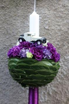 Culori potrivite pentru aranjamentul floral pentru lumanarea de botez a unui baietel. Design floral Bucuresti IconicFlowers.ro Madalina Sandu