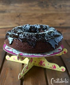 Το σοκολατένιο κέικ της μαμάς μου, η απόλυτη συνταγή. Πλούσιο σε γεύση, με ένα γλάσο από την ίδια τη ζύμη, χωρίς να λερώσουμε πολλά σκεύη. Λαχταριστό!