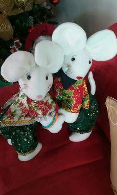 mis ratones Diy Christmas Door Decorations, Christmas Window Display, Holiday Decor, Christmas Humor, Christmas Diy, Xmas, Christmas Ornaments, Holly Wreath, Crafts