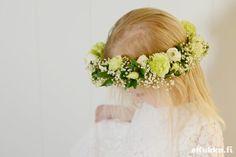 DIY -kukkaseppele. Tee itse kukkaseppele - katso ohjeet. Girls Dresses, Flower Girl Dresses, Wedding Dresses, Flowers, Fashion, Bride Gowns, Wedding Gowns, Moda, La Mode