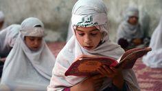 Niñas estudian el Coran durante el mes de Ramadán en Afganistán.