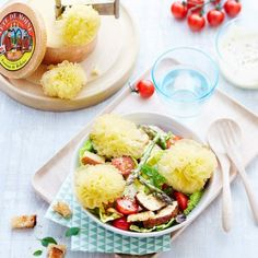 Salade composée et Chaource AOP frit - Cosmopolitan. Plats Healthy, Sushi Bowl, Poke Bowl, Cobb Salad, Toast, Food And Drink, Plates, Aop, Cooking