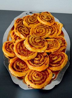 Ingredients: 1 roll of puff pastry 120 g chor . Ingredients: 1 roll of puff pastry 120 g of chorizo g of mozzarella - Meat Appetizers, Appetizers For Party, Appetizer Recipes, Tapas, Brunch, Puff Pastry Recipes, Puff Pastries, Food Tags, Pesto Recipe