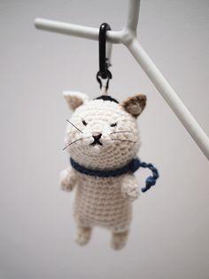 ネコのあみぐるみキーホルダーです。H:10cm ハンドメイド、手作り、手仕事品の通販・販売・購入ならCreema。                                                                                                                                                                                 もっと見る