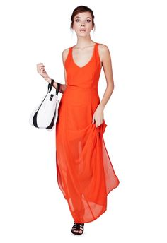 Ne passez pas à côté de la tendance : cette robe longue est parfaite. Une longue jupe rattachée à un joli dos nu, qui n'aura pas besoin de beaucoup plus pour faire de l'effet. Pour structurer le tout vous pouvez y ajouter une veste cintrée et une écharpe....