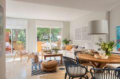 00435763. Salón comedor en tonos azules con mesa redonda y gran alfombra geométrica 00435763