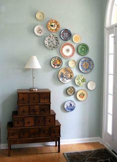Jeg har tidligere vist idéer til anderledes vægdekorationer og andre måder at hænge tallerkner og...