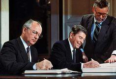 1987 Fine della guerra fredda: Mikhail Gorbachev e Ronald Reagan firmano il trattato INFT (Intermediate-Range Nuclear Forces).
