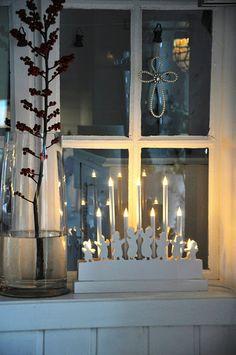 Bougies devant la fenêtre