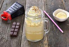 Frappe cu vanilie sau bautura mea preferata pe canicula de afara. De fiecare daca cand merg cu prietenele mele in oras, imi comand un frappe. Frappe, Low Carb Drinks, Smoothie, Mason Jars, Deserts, Cocktails, Pudding, Sweets, Coffee