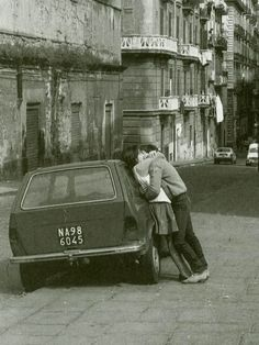 Love Napoli, by Guido Giannini - At spring, kissing couples are over every corner of Naples. You can step into them practically everywhere - NZ Vintage Kiss, Vintage Love, Vintage Couples, Couple Kiss Photo, Vintage Photographs, Vintage Photos, Louis Aragon, Black And White Love, Vintage Italy