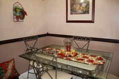 Centro de mesa con bolas dorados y Cintas.
