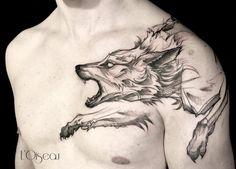 mejores tatuajes, tatuaje grande de lobo furioso atacando en blanco y negro, tatuaje hombro y pecho hombre flaco, piel blanca