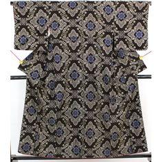 こげ茶色の地に、灰色と青で大きな華文が全体に入っています。 柄が大きくはっきりとしていて、おしゃれな大島紬です。  【楽天市場】少し古めの大島紬 こげ茶 灰と青の大きな華文【送料無料】 【中古】【リサイクル着物・リサイクルきもの・アンティーク着物・中古着物】:ビスコンティ&きもの忠右衛門