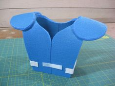 DIY football shoulder pads for kid's Halloween costume. These instructions are awesome & just made my day! :)