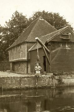 """""""The Good Life"""" in Fordwich, England c. A woman demonstates the use of the """"Ducking Stool"""" which was used largely for scolding wives and other social transgressions during the later Medieval and Middle Ages in England. Scary Photos, Creepy Images, Creepy Art, Creepy Pictures, Antique Photos, Vintage Pictures, Old Photos, Arte Horror, Horror Art"""