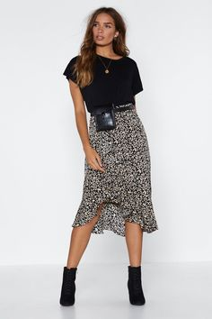 Nasty Gal Don't Take It Purr-sonally Leopard Skirt Midi Rock Outfit, Midi Skirt Outfit, Casual Skirt Outfits, Dress Skirt, Dress Outfits, Fall Outfits, Casual Skirts, Leopard Skirt Outfit, Holiday Outfits