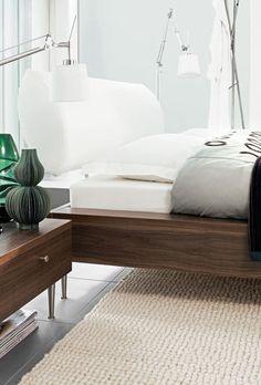 Bij dit bedframe van kersenfineer lijkt het of het matras verzonken is in het bed (BoConcept).