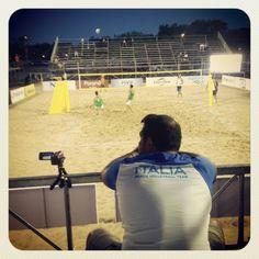 L'allenatore della Nazionale Azzurra di Beach Volley, Paulau, osserva attentamente e riprende gli allenamenti serali della squadra.