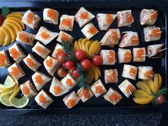 RUSSISCHE SUSHIS - gerollte Häppchen aus Pfannkuchen mit Frischkäse, geräuchertem Lachs und rotem Kaviar Catering, Russian Cuisine, Caviar, Pancakes, Catering Business, Gastronomia