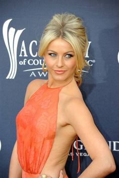 Julianne Hough great coral lip and makeup and hair…love it all! Julianne Hough great coral lip and makeup and hair…love it all! Beautiful Celebrities, Beautiful Actresses, Gorgeous Women, Julianne Hough Hot, Julianna Hough, Beauté Blonde, Coral Lips, Actrices Hollywood, Le Jolie