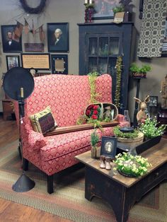 I love this colonial prim mix. Primitive Living Room, Primitive Furniture, Primitive Country, Prim Decor, Primitive Decor, Country Decor, Old House Decorating, Living Room Furniture, Living Room Decor