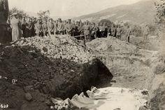 Austro-węgierscy żołnierze nad masowym grobem na Wschodnim Froncie, 1915 rok