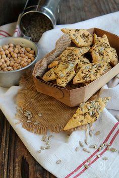 Crackers aux graines à la farine de pois-chiche {sans gluten, vegan} - aime & mangeCrackers aux graines à la farine de pois-chiche {sans gluten, vegan}  Ingrédients (pour une vingtaine de crackers)      150 g de farine de pois-chiche     50 g de gaines de tournesol     2 c. à s. de graines de cumin     4 c. à s. d'huile d'olive     2 g de sel     1 c. à s. d'eau froide (si besoin)