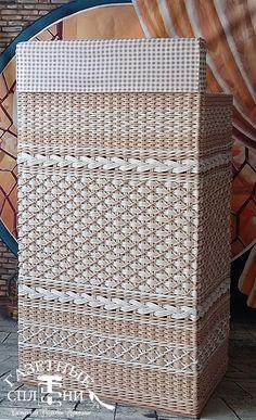 Newspaper Basket, Newspaper Crafts, Bathroom Baskets, Bathroom Storage, Willow Weaving, Basket Weaving, Paper Furniture, Paper Weaving, Cardboard Paper