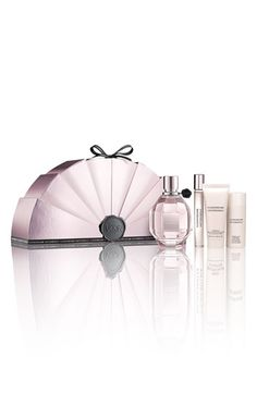 Does anyone know who designed this gorgeous Viktor & Rolf 'Flowerbomb' Deluxe Gift Set? Cosmetic Packaging, Beauty Packaging, Packaging Design, Viktor & Rolf, Flower Bomb, Parfum Spray, Body Spray, Smell Good, Girly Things