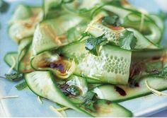 Ensalada japonesa con pepino algas wakame y salsa mirin. Los ingredientes son…