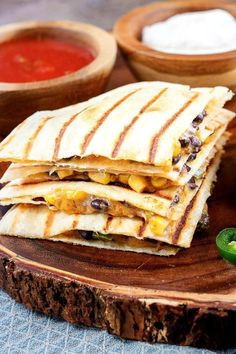Vegetarian quesadillas will be a welcome entree for a meatless Mexican dinner or lunch. Each quesadilla is stuffed with a spicy corn and black bean mixture and cheese.This quesadilla recipe is ready to eat in 20 minutes. Weight Watcher Dinners, Weight Watchers Diet, Weight Watchers Chicken, Weigh Watchers, Vegetarian Recipes Dinner, Easy Dinner Recipes, Easy Meals, Dinner Ideas, Healthy Dinners