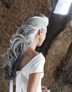 YASMINA ROSSI - i hope my hair looks like this when its white and gray. Long Gray Hair, Silver Grey Hair, Silver Ombre, Short Hair, Pelo Color Plata, Yasmina Rossi, Corte Y Color, Pelo Natural, Natural Brown