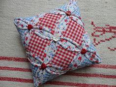 cathedral window pincushion from Rozen en Ruiten Small Sewing Projects, Sewing Projects For Beginners, Sewing Crafts, Sewing Ideas, Pincushion Tutorial, Pin Cushions, Pillows, Hexagon Patchwork, Thread Catcher
