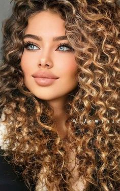 Most Beautiful Faces, Beautiful Women Pictures, Beautiful Eyes, Long Curly Hair, Curly Hair Styles, Brunette Beauty, Hair Beauty, Girl With Purple Hair, Sexy Curls