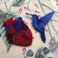 Новая вариация анатомического сердца и синяя колибри - не комплект, но так хорошо смотрятся вместе ❤️ . Колибри свободна (пока что по прежней цене для этой модели - 2800❄️) Сердце занято (3600)