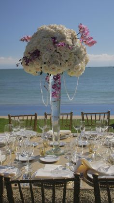 Centro de Mesa en Copa alta con rosas y orquideas, Disponible en el color y las flores de tu tu preferencia. Venta o renta. www.ederfloresluxuryflowers.com