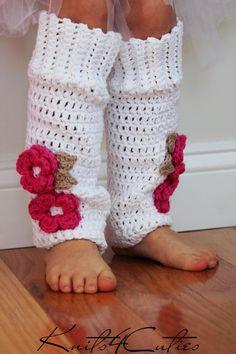 Calentadores de la pierna del bebé rosa con flor por knits4cuties
