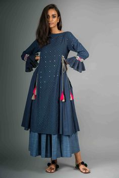 the subtle sequins! Pakistani Dresses, Indian Dresses, Indian Outfits, Kurta Patterns, Dress Patterns, Indian Attire, Indian Ethnic Wear, Kurta Designs, Blouse Designs