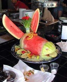 Funniest Food Creations Made Out Of Fruits And Veggies Who said veggies aren't fun. Take a look at what happens when creativity meets food. It'll make you look at food from a different perspective. Watermelon Art, Watermelon Carving, Carved Watermelon, Food Jokes, Food Humor, Humor Humour, Cute Food, Good Food, Yummy Food
